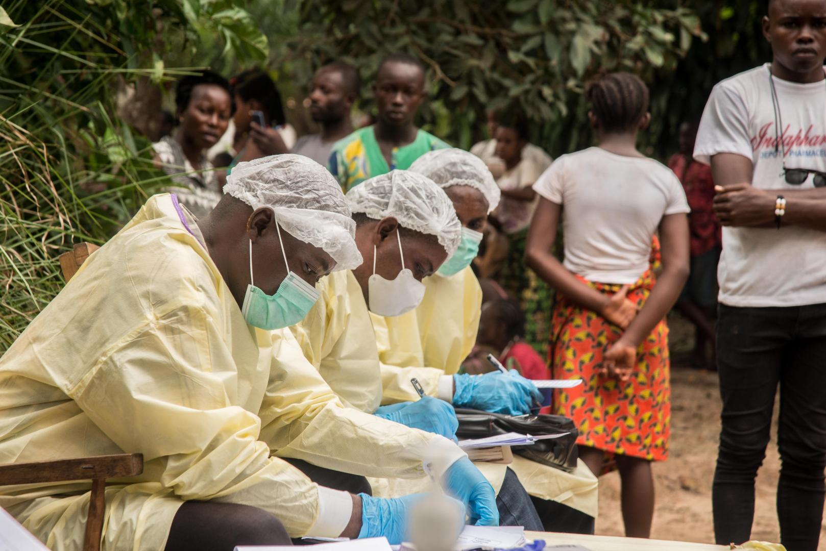Nach der Entdeckung eines bestätigten Ebola-Falls bereiteten medizinische Mitarbeiter ein Haus in Moto, Bikoro, Provinz Equateur, Demokratische Republik Kongo, vor und desinfizierten es.